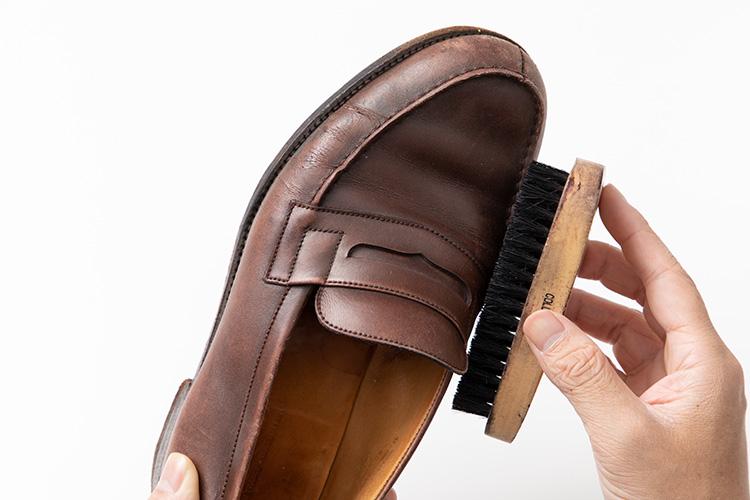 <p><strong>本格靴の水洗いをいざ、実践!</strong><br />まずはブラシを全体にかけ、ホコリや泥汚れを落としていく。このあたりは靴磨きの手順と同様。</p>