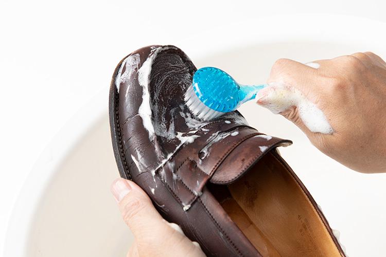 <p>ブラシで小さな円を描くようにして、靴を洗っていく。このときもあまりゴシゴシする必要はないそう。だんだんと泡が収まってきたら次のステップへ。</p>