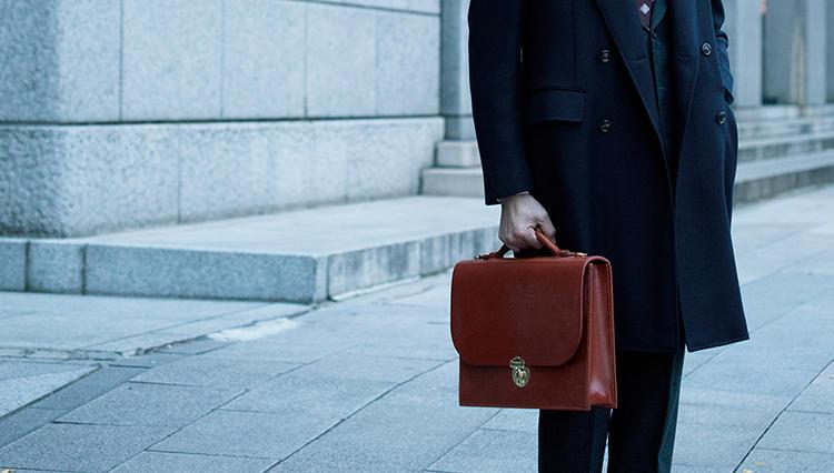 スーツを格上げする英国鞄は、この素材とこの形!【月曜日のトラッド鞄】