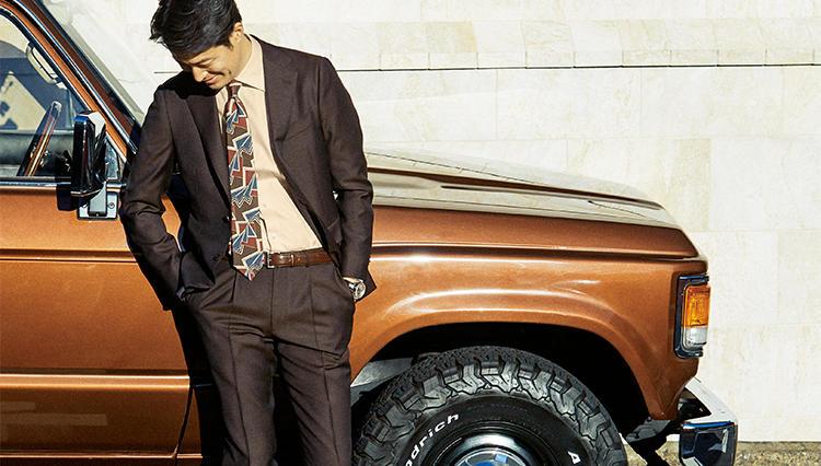 旬のブラウンスーツ、似合うシャツはこんな色【火曜日のベージュ】