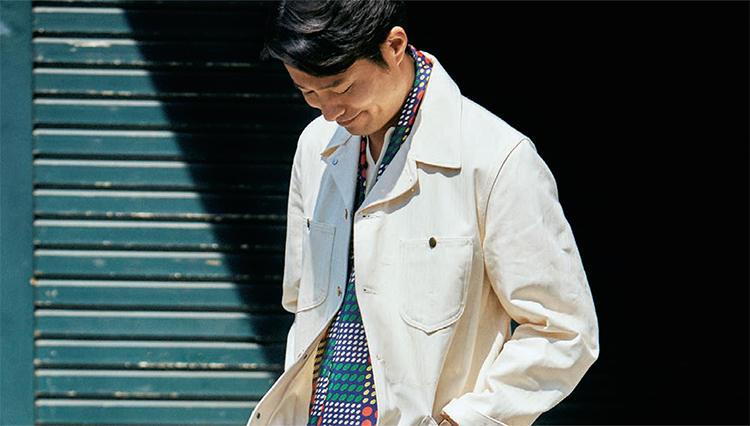 「白のカバーオール」、大人っぽく着るなら……?