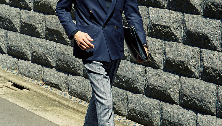紺ブレを今年っぽく着るなら、こんなグレーパンツを合わせてみよう