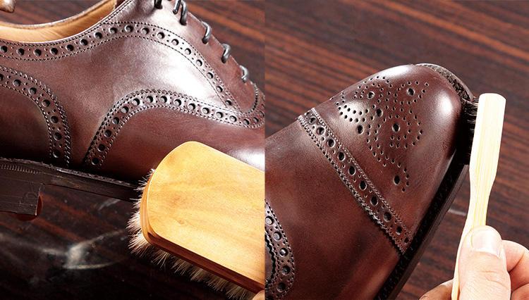 高級靴のコバ周りのケアは、専用ブラシを使い分けるのが正解!【究極の靴磨き】