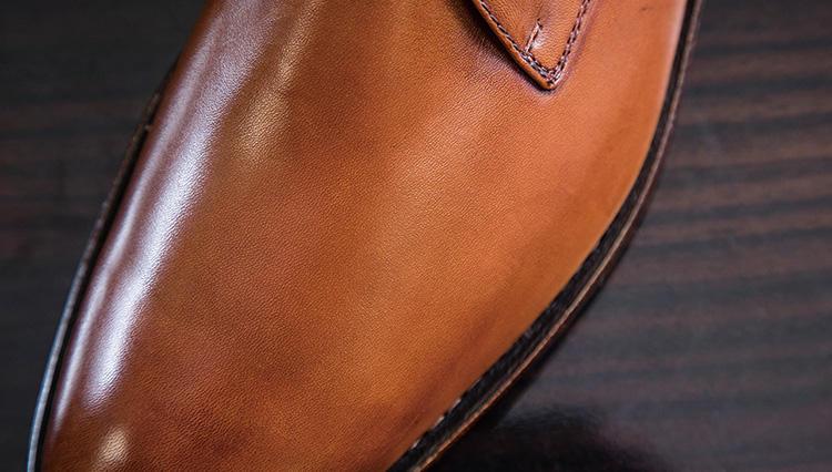 革靴にできたシミは、なんと濡れたティッシュで元通り!?【究極の靴磨き】