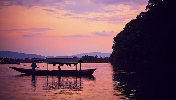 旅人・マエカワヤスユキ、平安貴族も好んだ嵐山の舟遊びを体験する