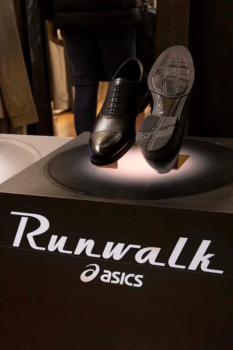 <p>「RUNWALK」の歩きやすさ、走りやすさは、ソールの構造にも秘密がある。</p>