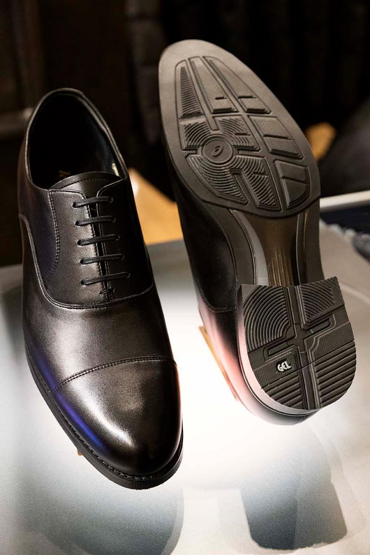 <p>黒のストレートチップは、ビジネスの多用なTPOで使える万能靴。この佇まいで、スニーカー同様に走れる快適性を備えているのがすごい。</p>