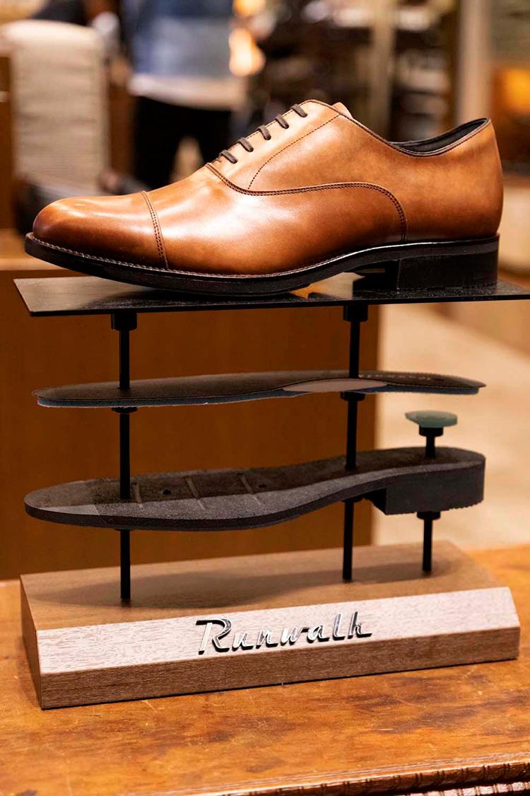 <p>スーツに合わせても違和感のない、ドレス靴のシルエット。サイドシルエットも非常に美しい。</p>