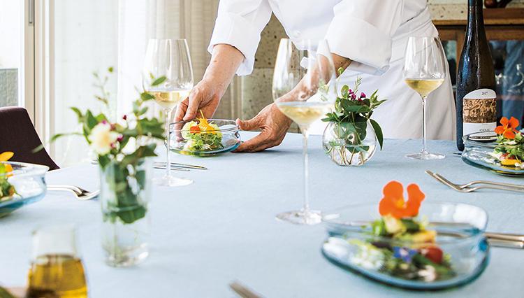 カジュアルなホームパーティ、料理は一流シェフに任せてみたら?