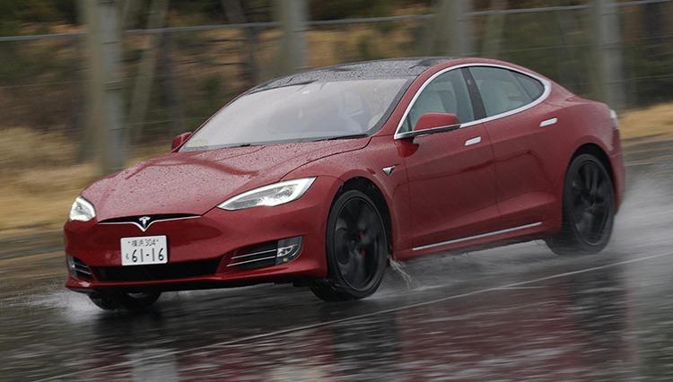 大雨だけど、最新版にアップデートされたテスラ モデルSの自動運転を試してみた