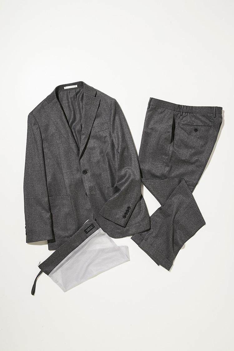 <p><strong>バーニーズ ニューヨーク</strong></br></p> <p>デザインと機能の両立をかなえたハイテクノロジーな作りが人気のパッカブルセットアップ。機能性生地の分野で昨今注目されているイタリア、レダ社の上質なメリノウール「レダ アクティブ」を採用し、肌触りもなめらか。付属のメッシュ素材の洗濯ケースを使って、自宅で水洗いが可能なのをはじめ、吸・放湿性や衣服内の温度調整や抗菌、防臭性など、多彩な素材特性を活かした快適なアンコンセットアップだ。パンツのウエストサイドは伸縮性のあるギャザー付きで、ベルトレス仕様。ジャケット5万5000円、パンツ各2万5000円(バーニーズ ニューヨーク カスタマーセンター)</p>