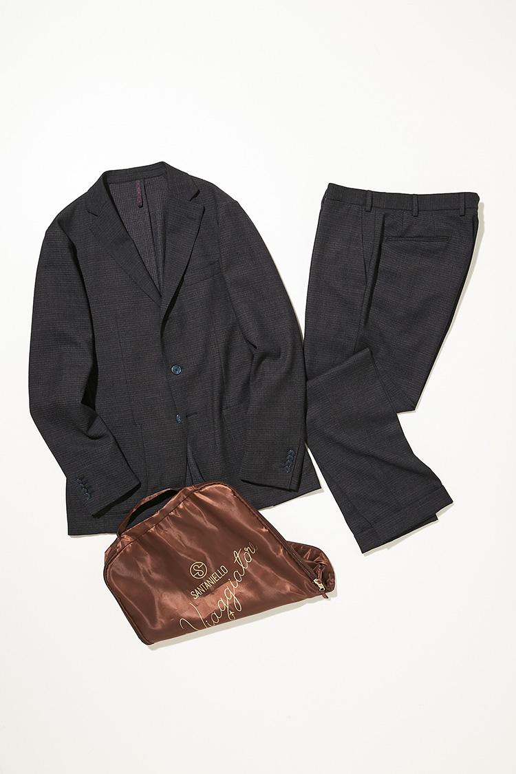 <p><strong>サンタニエッロ </strong></br></p> <p>イタリア語で旅人を意味する「ビアッジャトーレ」と呼ばれる、人気の3Bパッカブルスーツ。ウール独特の自然な艶感があり、軽くストレッチの効いた素材は、ビジネスシーンにぴったりだ。ジャケットは、バルカポケットや雨降り袖など、ナポリらしいディテールが特徴的で、パンツは、ノータックで、膝下からのテーパードですっきりとしたラインを描く。軽くシワになりにくいウール混ストレッチ素材は、海外出張時など、長時間の移動時も快適。ツイードライクな生地の表情は秋冬らしい温かみのある着こなしが楽しめる。スーツ8万9000円(バインド ピーアール)</p>
