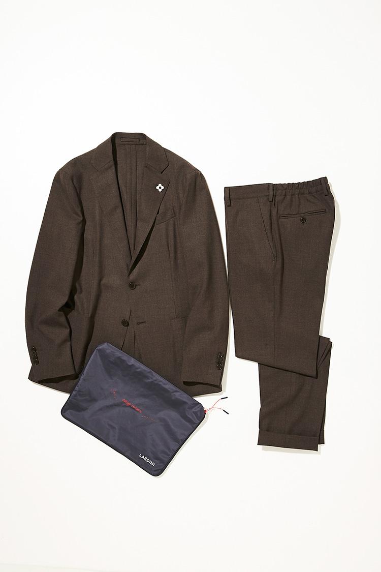 <p><strong>ラルディーニ</strong></br></p> <p>イージーでリラックス、しかもパッカブルになることを悟られることがないくらいにまで、上品でクリーンな見え方に進化しているラルディーニのイージーウェアパッカブルスーツ。伸縮性の高いウールジャージ調の生地は、きっちり細かな織りを施すことでジャガードライクな落ち着いた雰囲気を漂わせる。ラルディーニらしい、コンパクトでシャープなシルエットに乗せることで美しさとコンフォートさを両立。2パッチポケットにサイドベンツの仕様が、軽快さを演出。8㎝幅のラペルも若々しい印象に見える。13万6000円(ストラスブルゴ)</p>