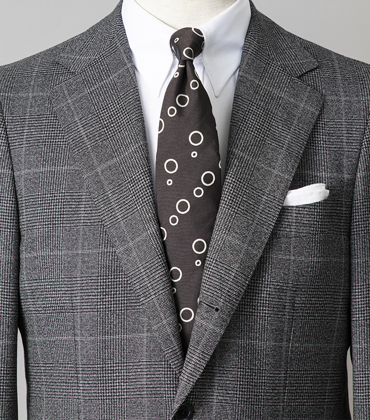 <p><strong>モノトーンの胸元を、華やかに見せるには?</strong></br></p> <p>大安吉日の祝日、知人の結婚式の2次会へ――。そんな日のおすすめは、トレンドのモノトーンコーディネート。ここでは白のタブカラーシャツとグレーチェックスーツでまとめた中に、ランダムなドット柄ネクタイで華やかさをプラス。遊び心を忍ばせれば、モノトーンでもストイックになりすぎず、洒落感あふれる胸元になる。</p> <p><small>スーツ10万円/ビームスF、シャツ2万2000円/ギ ローバー、ネクタイ1万3000円/ジョン コンフォート、チーフ2300円/ビームスF </br></p>