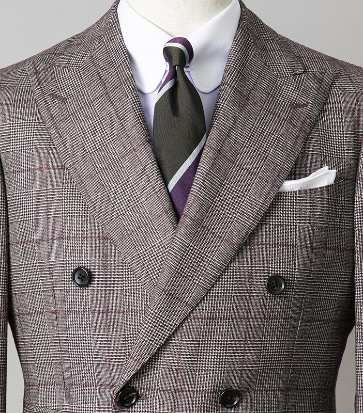 <p><strong>お洒落に敏感な取引先を訪れる日は?<br /> </strong></br></p> <p>とびきり個性的なパープル系のコーディネートなら、会話が弾むはず。チェックスーツ、クレリックシャツ、ストライプネクタイと色柄を多用しているが、胸元の開きが狭いダブルスーツなので悪目立ちせず収まりがいい。色柄で冒険したいときは、ダブルスーツで試してみるののも手だ。また、スーツのペーン、シャツの地色、ネクタイのストライプすべてにパープル、ボルドー系の色のトーンが拾われていると、派手色でもきれいなまとまりになる。</p> <p><small>スーツ13万円/ブリッラ ペル イル グスト、シャツ3万6000円/アヴィーノ ラボラトリオ ナポレターノ、ネクタイ1万4000円/AD & C、チーフ2300円/ビームスF</p> <p></small> </p>