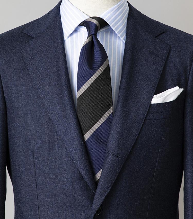 <p><strong>好印象な「ブルーグラデーション」の合わせ方<br /> </strong></br></p> <p>お堅い取引先にきちんと見せたいときは、迷わず、ベーシックな無地のネイビースーツで臨むべし。シャツはネイビー、ネクタイはサックスブルーと、胸元も同系色のブルー系でまとめれば好印象は容易に演出できる。シャツとネクタイはともにストライプ柄なので、幅の間隔をずらすと柄同士が喧嘩することなく収まりがいい。</p> <p><small>スーツ11万円/ビームスF、シャツ2万6000円/マリア サンタンジェロ、ネクタイ1万3000円/ジョン コンフォート、チーフ2300円/ビームスF <br /> </small> </p>