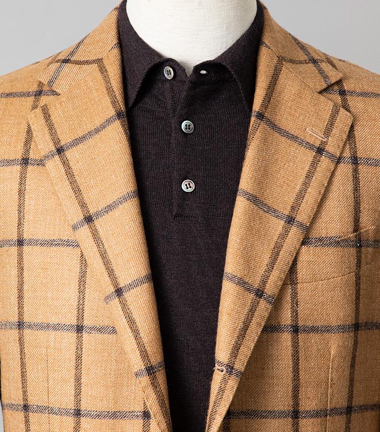 <p><strong>休日ジャケットの鉄板スタイルってどんな合わせ?</strong></br></p> <p>上質なジャケットにニットポロを合わせれば、大人のリラックススタイルは簡単だ。こうした淡色ジャケットの場合、インナーのポロシャツを濃色にすると、カジュアルながらパリッと引き締まった印象に。ポロシャツのボタンを開けると、よりこなれた印象が加速する。</p> <p>‹small>ジャケット10万5000円/ビームスF、ニットポロ2万3000円/ビームスF</small> </p>