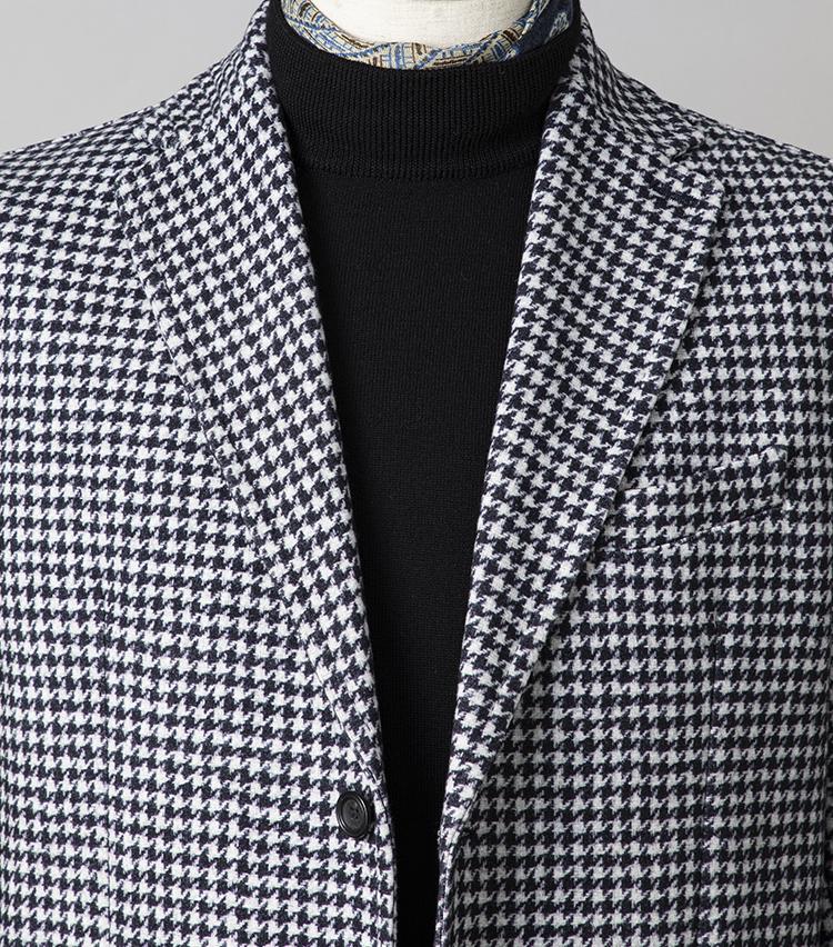 <p><strong>休日ジャケット、お洒落なレストランで映える胸元は?<br /> </strong></br></p> <p>話題のレストランで食事する休日は、モノトーンのジャケットスタイルで今年らしさも演出。タートルニットの首元にスカーフを覗かせれば、かしこまったレストランでも一目置かれるコーディネートになる。上質なジャージー素材による仕立ての良いジャケットも、休日らしい寛ぎ感を演出する。</p> <p><small>ジャケット6万3000円/チルコロ1901、ニット2万1000円/ビームスF、スカーフ1万2800円/ヴィンセンツォ ミオッツァ<br /> </small> </p>