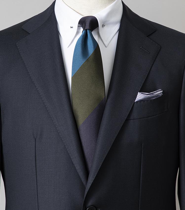 <p><strong>紺無地スーツで引き締まった印象に見せるには?</strong></br>会議で人前に立つことも多い週始めは、引き算の美学が際立つシンプルなスーツスタイルがおすすめ。イタリアのチェルッティ社の上品な生地を使用した、淡いブルーの無地スーツに合わせたのは、色馴染みの良い同系色のシルクネクタイ。シャツはピンホールタイプを選べば、ネクタイのノットもキュッとコンパクトにまとまり、より引き締まった印象を演出できる。<br /> <small>スーツ7万8000円、ネクタイ1万2000円/エリコ フォルミコラ、チーフ6000円/シモノ ゴダール(以上ユナイテッドアローズ) シャツ4万3000円/ハンドレッドハンズ(ザ ソブリンハウス)<br /> </small></p>