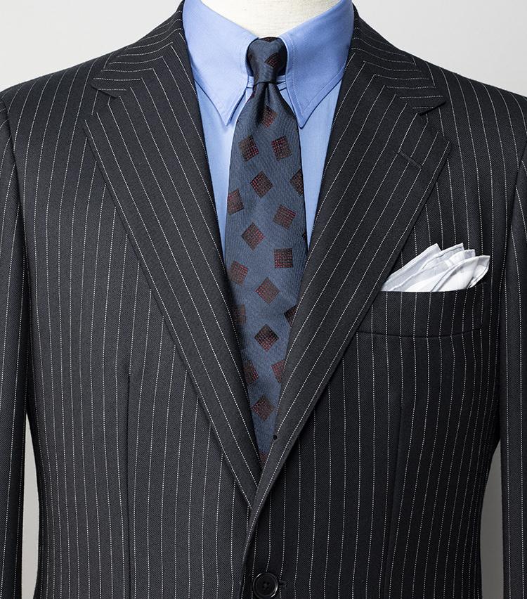 <p><strong>真面目なダークスーツに「遊び心」を加えるには? </strong></br>夜の約束も多いノー残業デーの水曜日は、スーツに遊び心を忍ばせよう。英国ラッシャーミルズの生地を使用したネイビーストライプスーツ×タブカラーシャツや、ブルー系の同系色コーディネートはあくまで端正。明るいブルーのシャツや小紋柄のヴィンテージ調ネクタイで遊び心を加えると、生真面目になりすぎずお洒落がわかってるスーツスタイルになる。<br /> <small>スーツ7万8000円、シャツ1万3000円/以上ユナイテッドアローズ、チーフ7500円/シモノ ゴダール(以上ユナイテッドアローズ 六本木ヒルズ店) ネクタイ1万6000円/フィオリオ(ユナイテッドアローズ 原宿本店)<br /> </small></p>