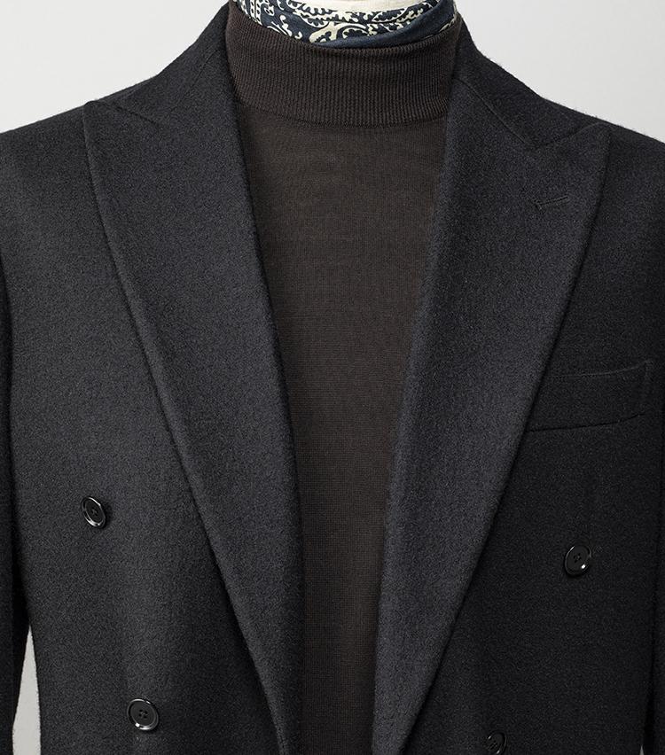 <p><strong>大人の休日服、首元を品良くまとめるコツは? </strong></br>ジャージー素材の気楽なジャケットは休日にうってつけ。ミドルエイジらしく品良くまとめるなら、ハイゲージのタートルニットとスカーフを合わせるのがおすすめだ。スカーフは今なら大げさに巻くのではなく、ほんの少し覗かせる程度がこなれて見える。街歩きやドライブなどアクティブに過ごす休日も疲れづらく、かつ休日のあらゆるシチュエーションに対応できるいちおしコーディネートだ。</p> <p><small>ジャケット3万8000円/ユナイテッドアローズ、ニット3万1000円/ジョン スメドレー、スカーフ1万1500円/ソブリン(以上ユナイテッドアローズ 六本木ヒルズ店) <br /> </small></p>