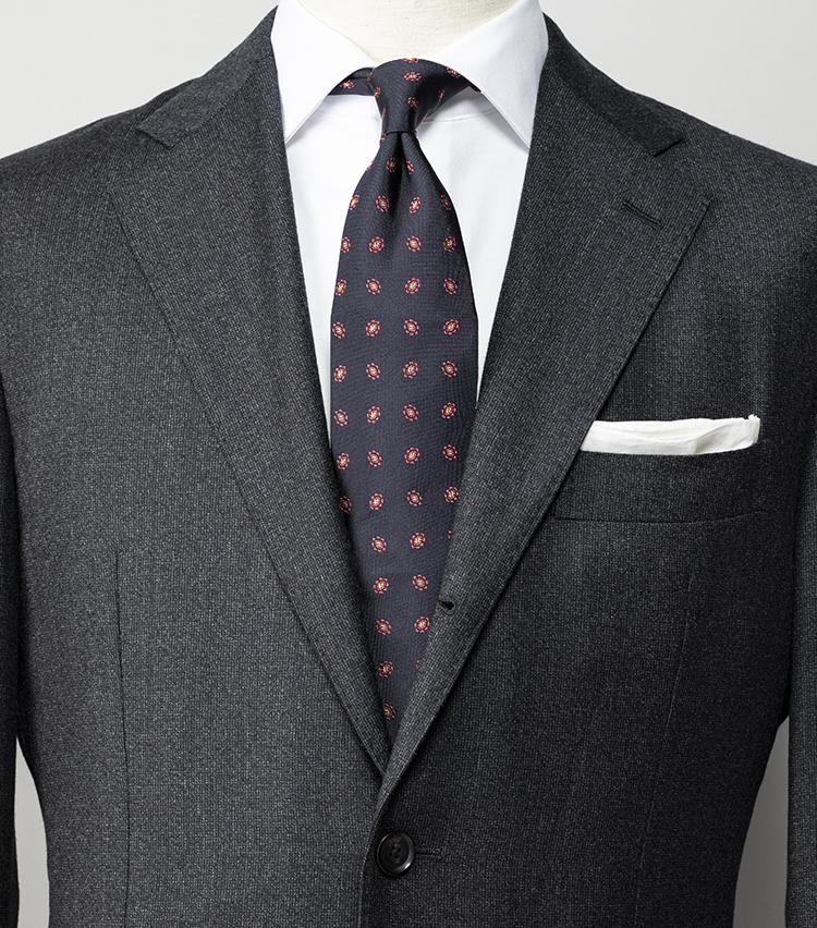 <p><strong>大人がグレースーツに合わせるべきネクタイは?</strong></br><br /> エルメネジルド ゼニア社の機能性生地「トラベラー」を使用したシワになりにくいスーツ。こうしたシンプルなチャコールグレーのスーツにストライプ柄のネクタイだと、色のトーンにもよるが少し若々しくフレッシャーズ風に見えることも。ミドルエイジとしての落ち着きを出すならば、小紋柄のネクタイや白シャツでシンプルに徹しよう。ベーシックな配色ながら、知的な印象を構築できる。</p> <p><small>スーツ8万6000円、シャツ1万2700円、チーフ2700円/以上シップス、ネクタイ1万9000円/ニッキー</small></p>