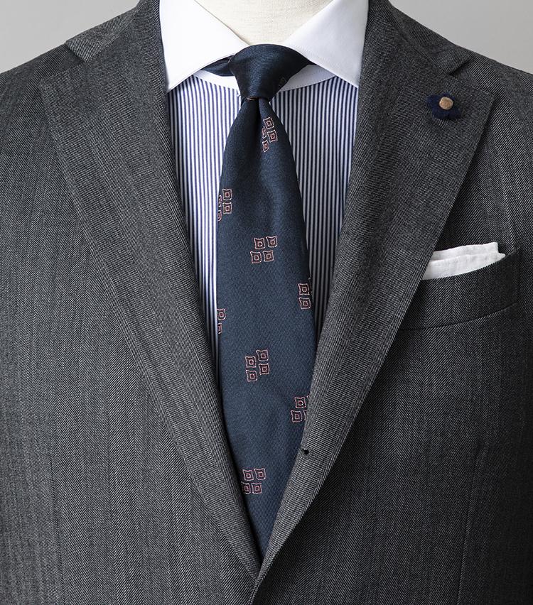 <p><strong>シャツとネクタイが柄モノのとき気をつけることは?</strong></br>打ち合わせや会議が集中する週始めは、グレースーツ×ブルーの爽やかなコーディネートでスタートダッシュを決めよう。シャツとネクタイはともに柄物だが、シャツは細幅のピンストライプ柄、ネクタイは柄同士の間隔が広い小紋柄と、柄行きにメリハリをつけることで互いを馴染ませている。<br /> <small>スーツ15万8000円/ラルディーニ、シャツ3万1000円/バルバ、ネクタイ3万1000円/アット ヴァンヌッチ(以上ストラスブルゴ) チーフ<スタイリスト私物></p> <p></small></p>