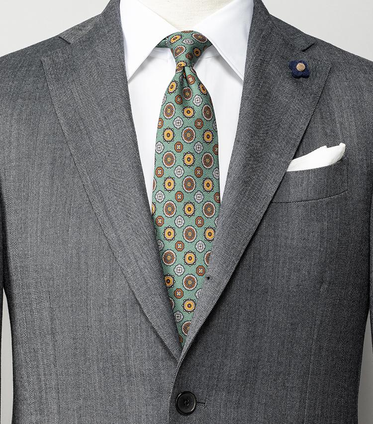 <p><strong>定番グレースーツ×白シャツでマンネリ打破するには?</strong></br>ミディアムグレーのスーツに白シャツという、クリーンかつ知的なコーディネート。シンプルすぎて凡庸にも見えなかねないコーディネートも、ミントグリーンの小紋柄ネクタイを結べば、華やかに見える上に周囲とも重複なし。ネクタイとスーツのトーンを揃えて馴染ませたところもポイントだ。<br /> <small>スーツ15万8000円/ラルディーニ、シャツ2万2000円/ストラスブルゴ、ネクタイ2万9000円/キートン(以上ストラスブルゴ) チーフ<スタイリスト私物></p> <p></small></p>