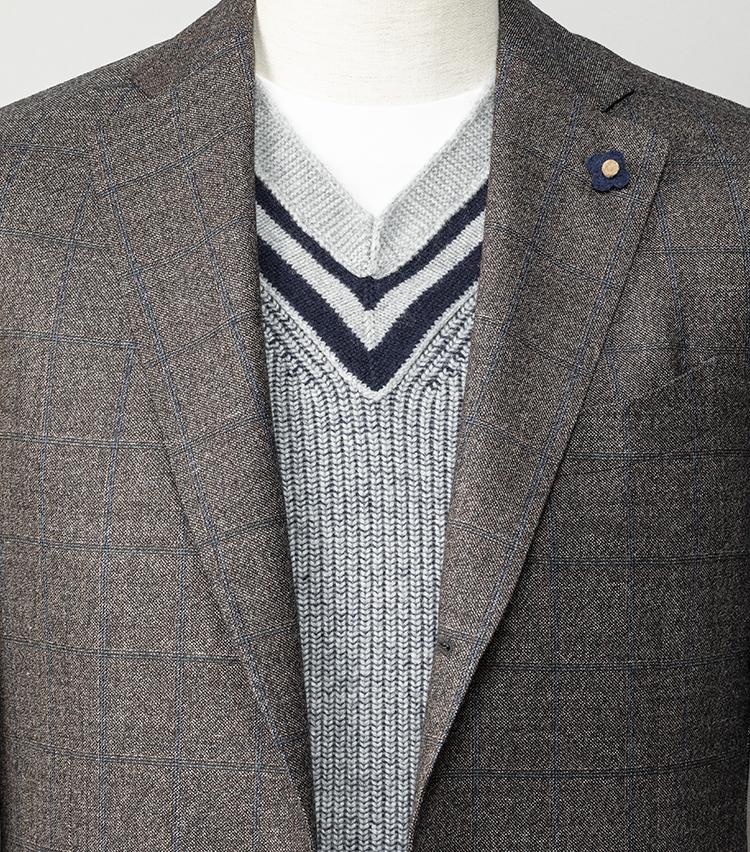 <p><strong>流行りのチルデンニット、大人はどう着るのが正解?</strong></br>土曜日はトレンドのチルデンニットを主役にコーディネート。ジャケット内に着込めば、大人に相応しいきちんと感と休日らしいヌケ感とを両立できる。ここでは火曜に着たラルディーニのブラウンスーツのジャケットを流用し、ニットの首元からカジュアルなカットソーを覗かせて、さらにリラックス感をプラス。肌の露出を少なくすることで、清潔感と防寒も両立が可能だ。<br /> <small>スーツ16万8000円/ラルディーニ、ニット12万4000円/クルチアーニ、カットソー9500円/ジャーニーマン(以上ストラスブルゴ)</p> <p></small></p>