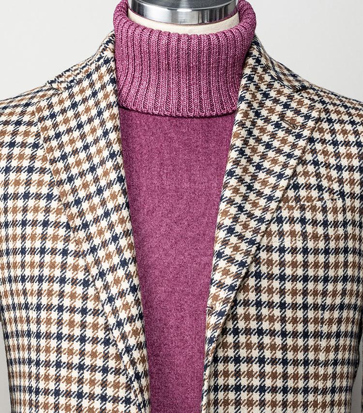 <p><strong>周囲とカブらないジャケット×タートルスタイルは?</strong></br>ジャケットの中にタートルネックニットを合せる王道コーディネートも、良きアクセントになるピンクのようなニットを選べば、洒落感を簡単に演出できる。はっきりしたチェック柄のジャケットも個性的なお洒落に貢献。この冬は色柄を楽しむ、こんなコーディネートもおすすめだ。</p> <p><small>ジャケット13万7000円/サルトリオ、4万7000円/クルチアーニ(以上ストラスブルゴ)<br /> </small></p>