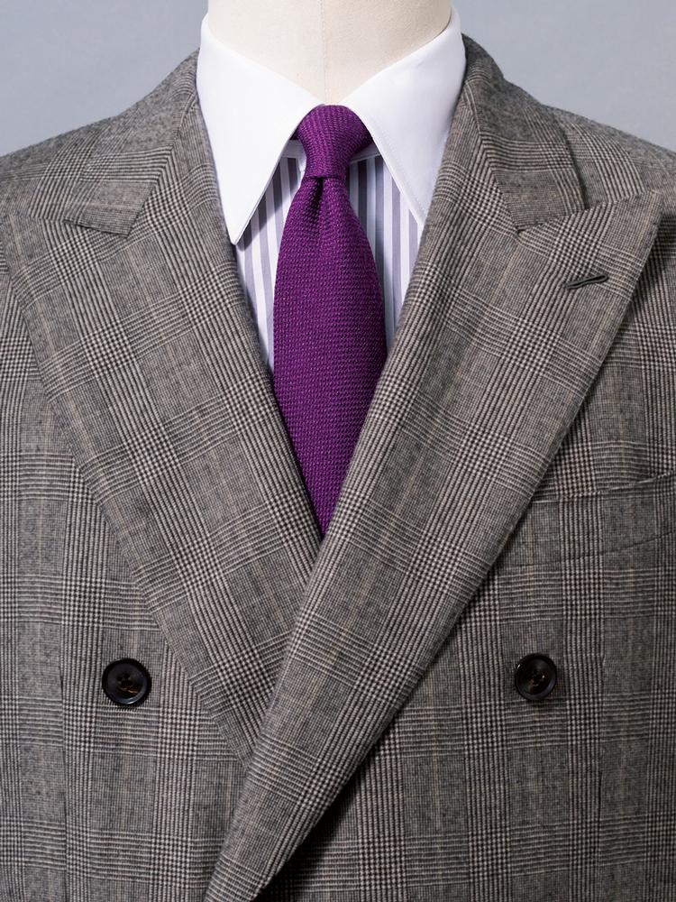 <p><strong>クレリックで紫のノーブルさを強調。</strong><br /><figcaption>スーツ17万円/カルーゾ(トゥモローランド) シャツ2万1000円〈オーダー価格〉/麻布テーラー(麻布テーラープレスルーム)</figcaption>