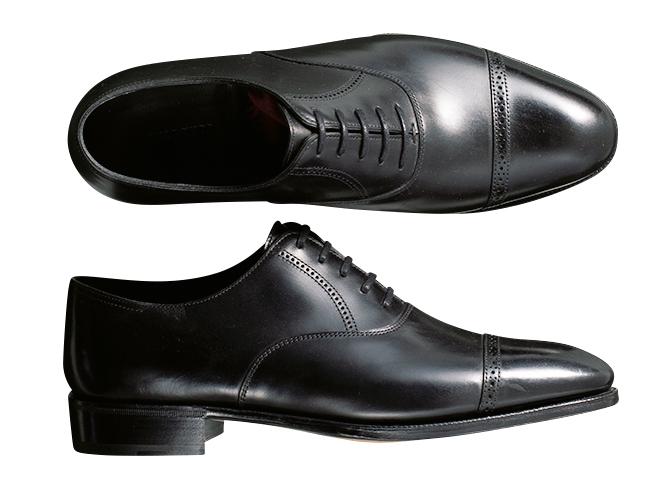 <p><strong>JOHN LOBB / ジョンロブ</strong><br />小ぶりな穴飾りが上品な「フィリップⅡ」。上級シリーズである「プレステージライン」に属し、ベヴェルドウエストなど仕立て靴の技が宿る。24万円(ジョン ロブ ジャパン)</p>