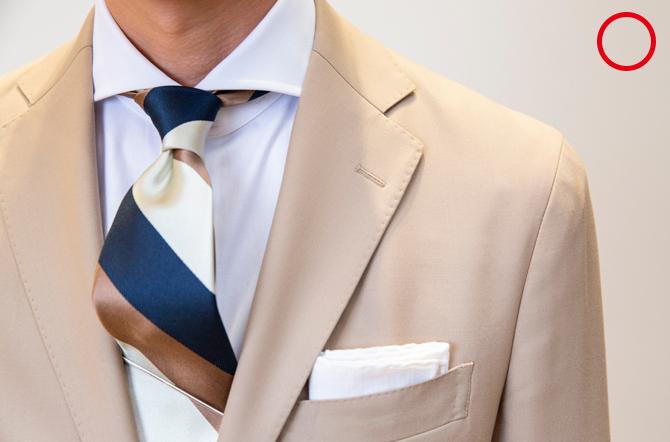 <p><strong>1:肩回り</strong><br />「肩の端をつまんで1cmくらいのゆとりがあるサイズを目安にしてください。また、腕を動かしても脇の下がつかえない、前肩(肩の骨が前方よりに出ている日本人に多い体型)のアタリが出ないなどもジャケットを選ぶ際のポイントです」</p>