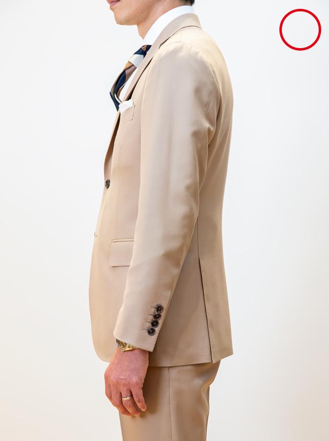 <p><strong>4:着丈</strong><br />「一般的な着丈の目安は総丈÷2-2cmとされます。少し前までは総丈÷2だったので、それよりもわずかに短くなっているのです。ただし個人差もありますから、ジャケットの裾がヒップと太腿の境目の少し上くらいと考えてください」</p>