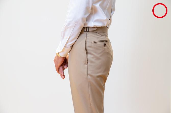 <p><strong>5:パンツの腰回り</strong><br />「(自然な状態で)ポケット口が開いたり、ポケットの内側の生地が突っ張ったりする場合はサイズが合っていません。タックがあるときは、タックが自然に収まっているのが正解です。また、ヒップがタイトすぎず、ポケットに自然に手が入れられるサイズを選びましょう」</p>