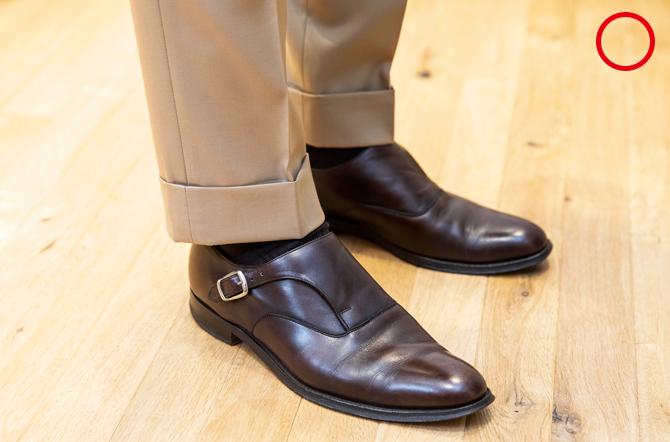 <p><strong>7:裾</strong><br />「裾丈はくるぶしが隠れて、少し靴下が見えるくらいがいまの目安。裾幅は身長170cmの場合、19cm~20cmくらいが標準。裾幅はわたりからヒザの寸法のバランスにも関わってきます。ヒザの幅は(身長170cmの場合)22.5~24cm程度が標準的です」</p>