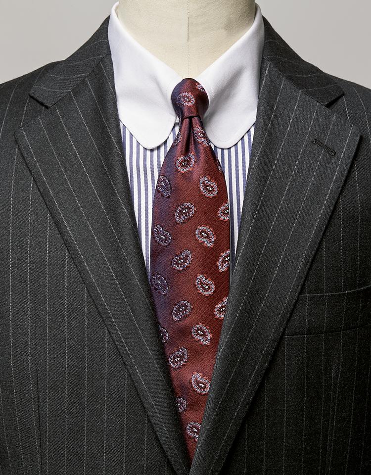 <p><strong>クラシックな英国調コーデにももってこい。</strong><br /><figcaption>スーツ8万4000円/シップス(シップス 銀座店) シャツ3万6000円/アヴィーノ ラボラトリオ ナポレターノ(ビームス 六本木ヒルズ)</figcaption>