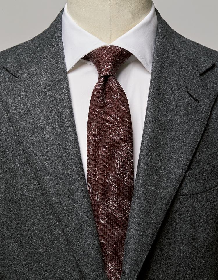 <p><strong>スーツの素材感に馴染みつつ、主張もあるバランスの良い組み合わせ。</strong><br /><figcaption>スーツ17万7000円/パイデア(ビームス 六本木ヒルズ) シャツ1万3000円/ユナイテッドアローズ(ユナイテッドアローズ 六本木ヒルズ店)</figcaption>