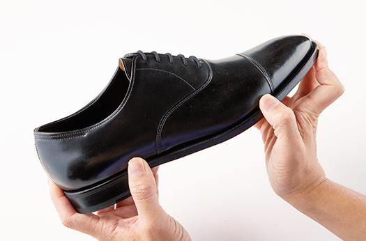 <p>こちらは定番の「シティⅡ」。見た目は繊細だが作りは質実剛健なグッドイヤーで、新品の状態では当然硬さがある。これを履き慣らして柔らかくしていくのが英国靴を育てる楽しみだ。17万5000円(ジョン ロブ ジャパン)</p>