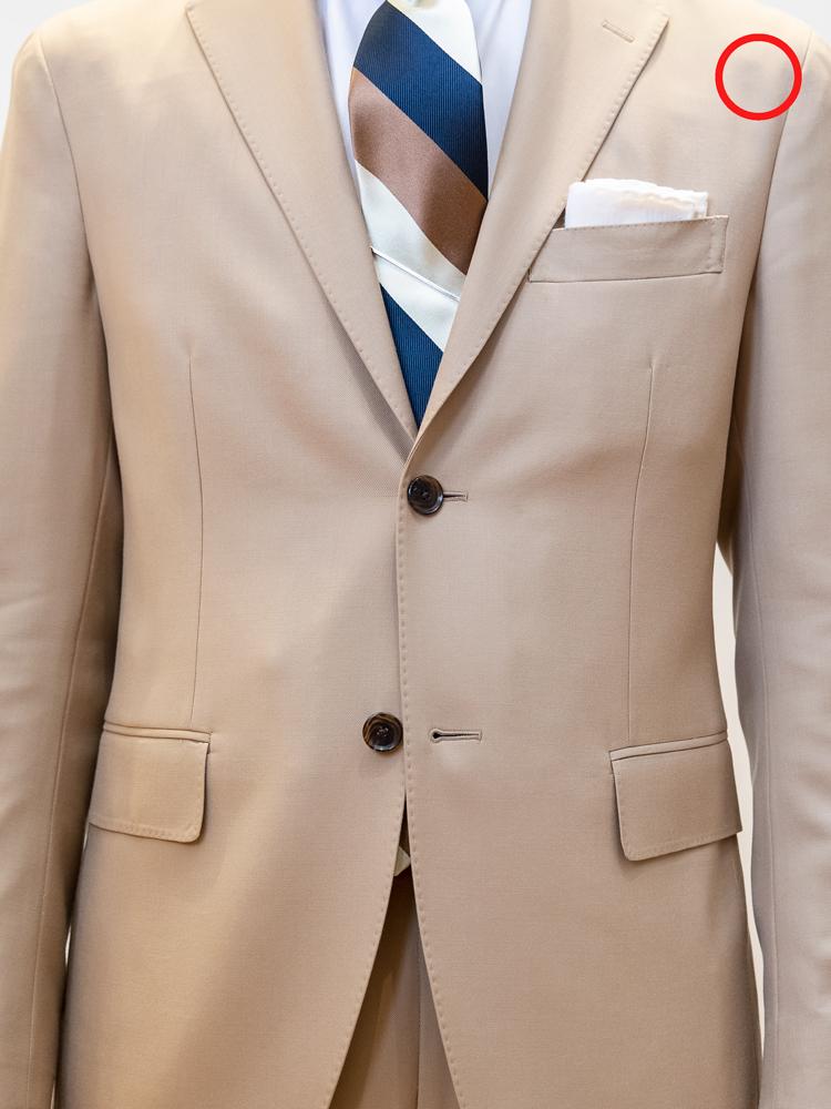 """<p>OK例。こちらが2つボタンのジャケットの正解例。3つボタンの場合は、""""中1つ掛け""""といって、下だけでなく一番上のボタンも掛けないのが主流。</p>"""