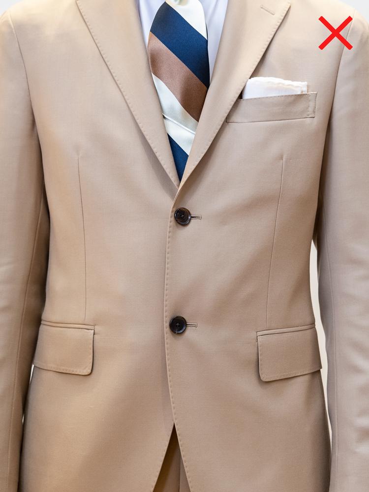 <p>NG例。「ジャケットのボタンをすべて留めてしまう間違いは多いですね」(永瀬さん)。ジャケットの一番下のボタンは掛けないのがルールなのだ。</p>