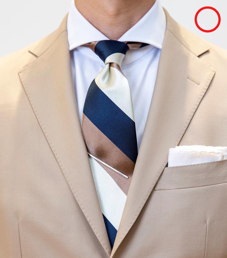 <p>OK例。シャツの第1ボタンを留め、ネクタイの結び目はきっちりと喉元まで締める。そうするときちんとした凛々しい雰囲気が演出できる。結び目の下にディンプル(くぼみ)をつけておくことも常識といえるだろう。</p>