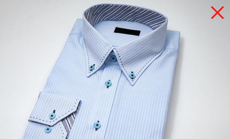 <p><strong>NGなデザインのシャツとは?</strong><br /> よく目にする「NG」は、過度にデコラティブなシャツを着ること。襟や袖の裏地が色柄物だったり、ボタンホールやステッチの色糸が悪目立ちしていたり・・・。正統なビジネスの装いではないため軽薄な印象を与えてしまう。</p>