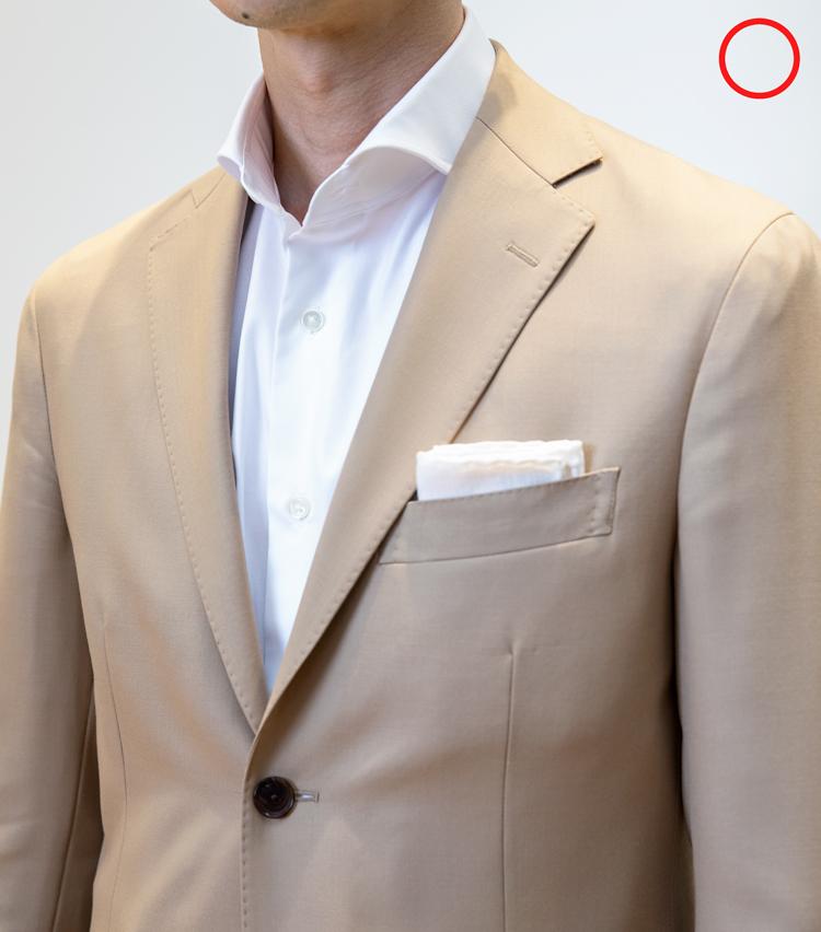 <p><strong>ノータイの場合のシャツ選びは?</strong><br /> OK例。ノータイの場合、ナロースプレッド(襟の角度の開きが狭い)のシャツだと、NGとは言えないまでも不自然に見えてしまう。写真のようなワイドスプレッドのシャツのほうがノータイには相性が良い。</p>