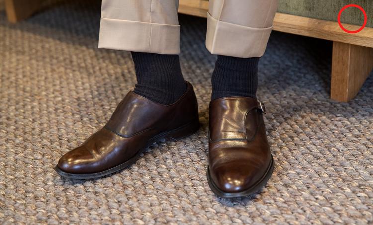 <p><strong>ソックスの色、正解は?</strong><br /> OK例。写真は着席した永瀬さんの足元。ソックスは薄手の黒、グレー、紺、茶など控えめな色が正解。厚手のスポーツ用や白いカジュアルソックスはNG。「靴またはスーツの色に合わせるときれいにまとまります」(永瀬さん)。</p>