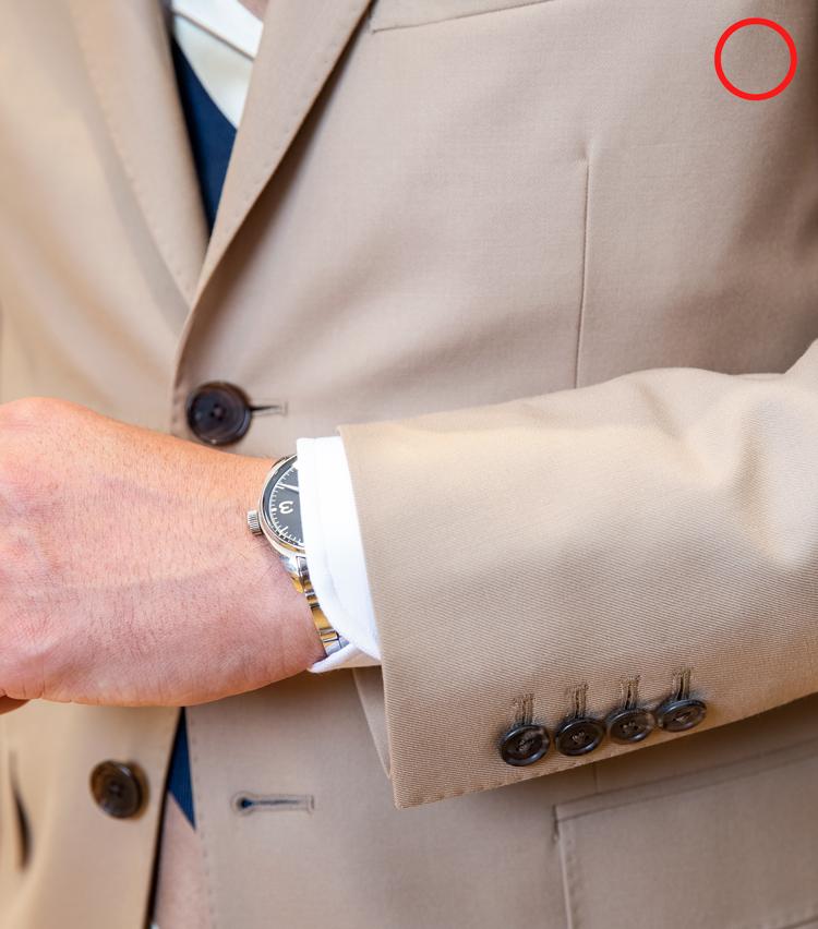 <p><strong>時計はどんなものが正解?</strong><br /> OK例。ビジネススーツには厚みの少ないドレスウォッチを合わせるのが望ましい。過度に大きいスポーツウォッチは悪目立ちするうえ、シャツの袖口にも収まらないし、チープすぎる時計もビジネススーツに馴染まないのでNG。</p>