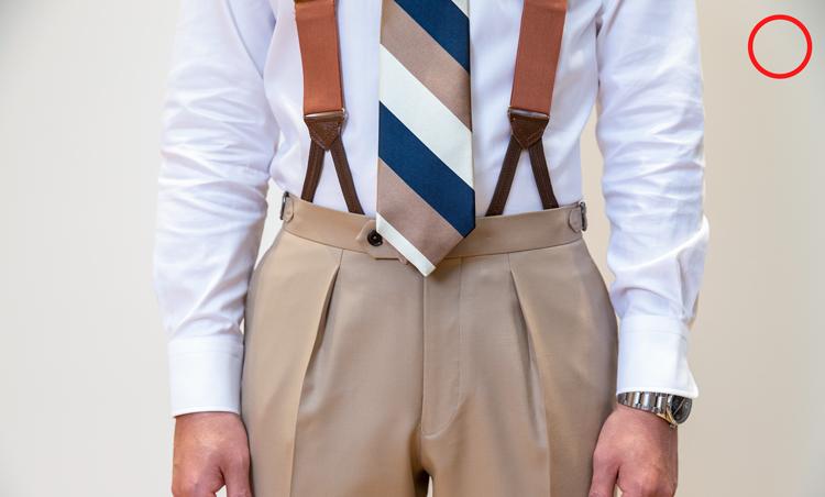 <p><strong>サスペンダーも有効</strong><br /> OK例。シャツの裾は、パンツにすっきりとタックインしているのが理想。また、上級者向けだが写真のようなサスペンダーもおすすめ。「ベルトよりもシャツの収まりがよくなります」(永瀬さん)。</p>