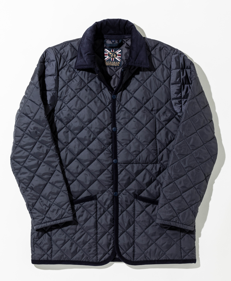 <p><strong>【人気No.2アウター】<br />ラベンハム×シップス 完全別注モデル ケジントン</strong><br /> スリムモデル「レイドン」の着丈を長くした別注モデル「ケジントン」。レイドンよりも着丈を4cm長くしたことで、すっきりとしたシルエットはそのままに、スーツの上に着ても上着がはみ出さない着丈を実現。ビジネス対応可能な点が多くの人から好まれた。3万4000円</p>