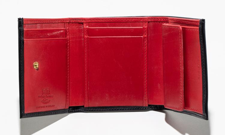 <p><strong>【人気No.1革小物】<br />ホワイトハウスコックス 三つ折りウォレット</strong><br /> ウォレットをオープンしたら、中は鮮やかなレッド! 仕切りが付いた二重構造の紙幣の収納部、コインポケット、4枚分のカードポケットなど、見た目以上の収納力。カラーバリエーションで内側がイエローのモデルもあり。3万5000円</p>