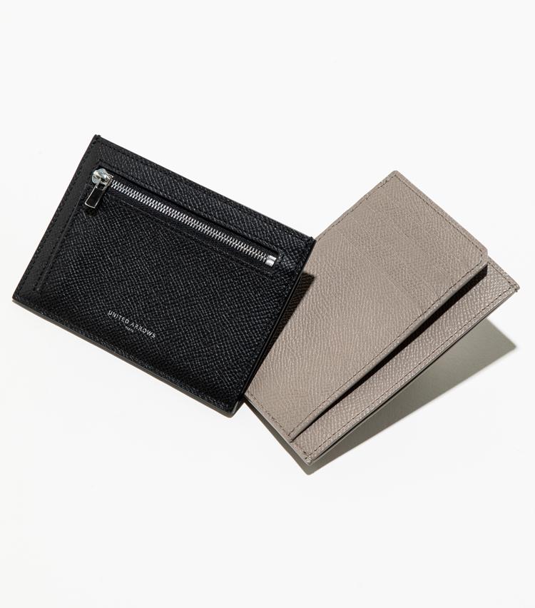 <p><strong>【人気No.2革小物】<br />ユナイテッドアローズ カード&コインウォレット</strong><br /> キャッシュレス時代を象徴する薄型のウォレットが売れ筋に。片面がジップ式のコインポケット。もう一面が4枚分のカードポケットと、レシートや折り畳んだ紙幣を差し入れられる二重構造になっている。滑らかなタッチが魅力のシボの入ったレザーも大人にふさわしい。各1万4000円</p>